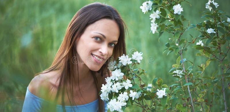 outdoors портрет милой женщины стоковое фото rf