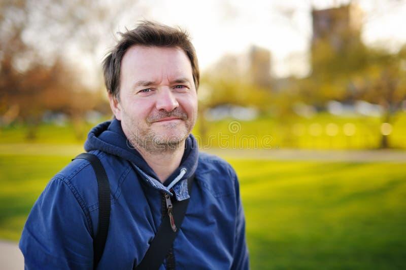 Outdoors портрет человека среднего возраста стоковая фотография