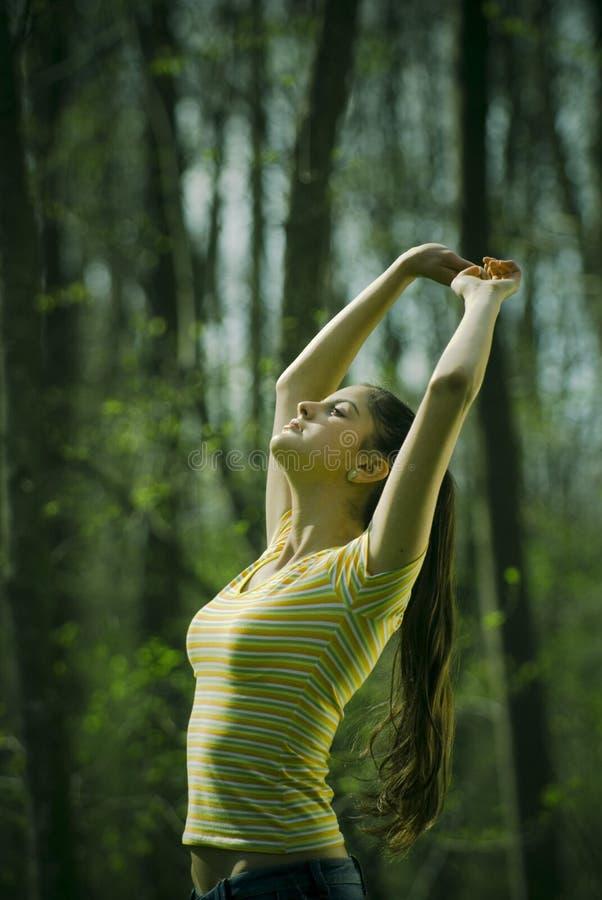 outdoors протягивать женщину стоковая фотография