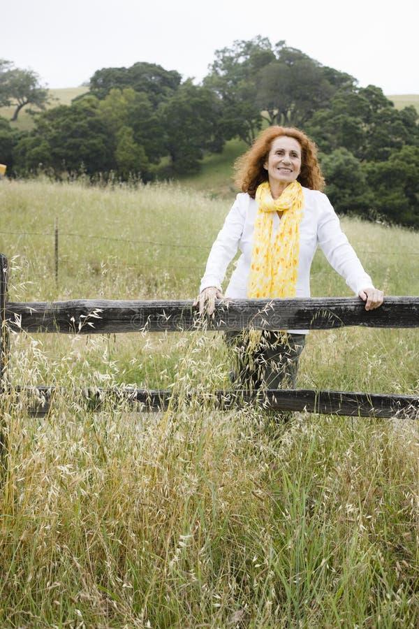 outdoors старшая женщина стоковые фото