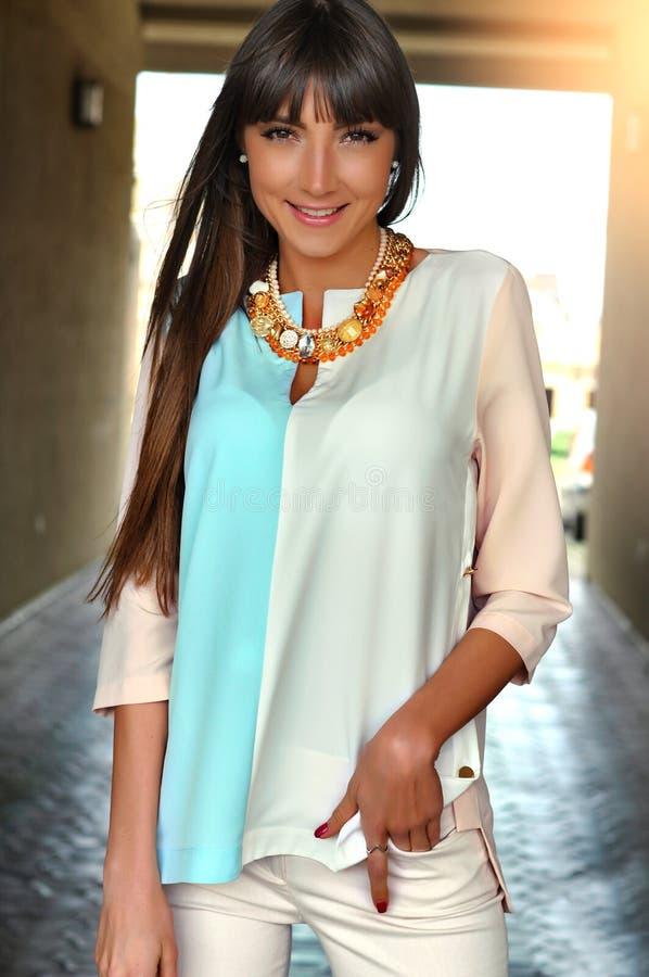 Outdoors фасонируйте портрет элегантной милой женщины представляя, усмехаясь и идя на город стоковое изображение rf