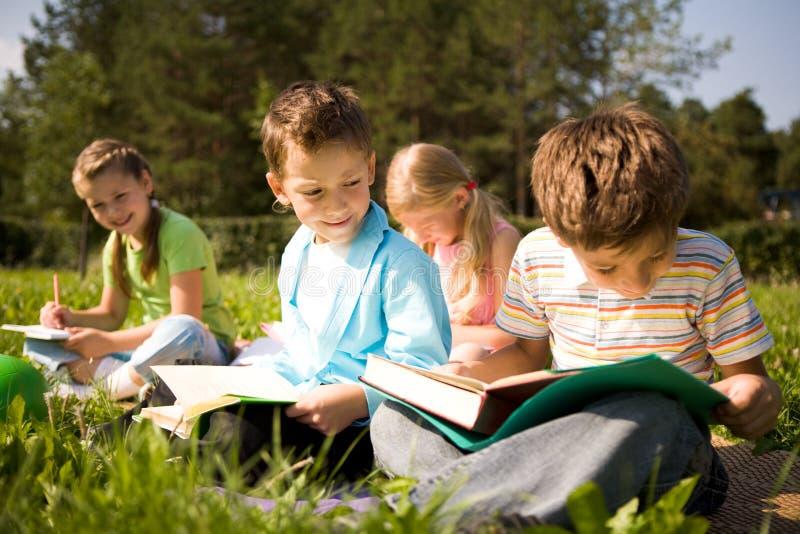 outdoors читающ стоковые фотографии rf