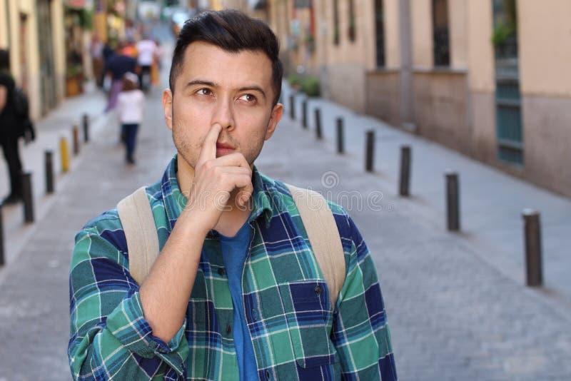 Человек комплектуя его нос outdoors стоковые фотографии rf