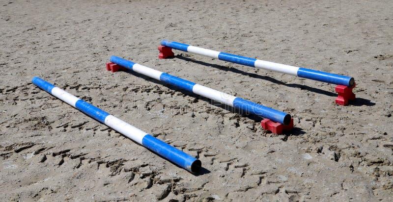 Outdoors fotografia drewniane bariery dla skokowych koni Przygotowanie konie dla występu na equestrian szkoleniu zdjęcia royalty free