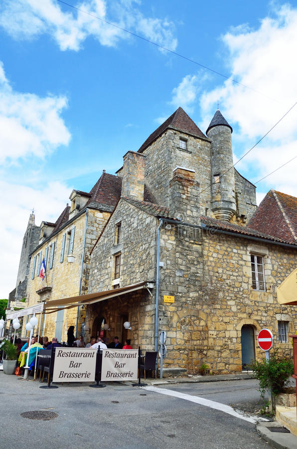 Outdoors kawiarnia w antycznym Francuskim miasteczku zdjęcia stock