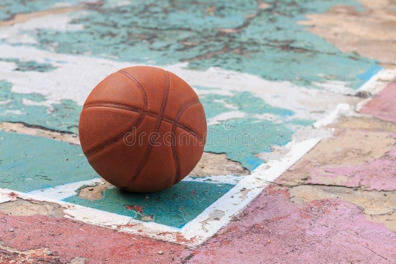 Outdoors koszykówka na starej podłoga łamającej zdjęcie stock