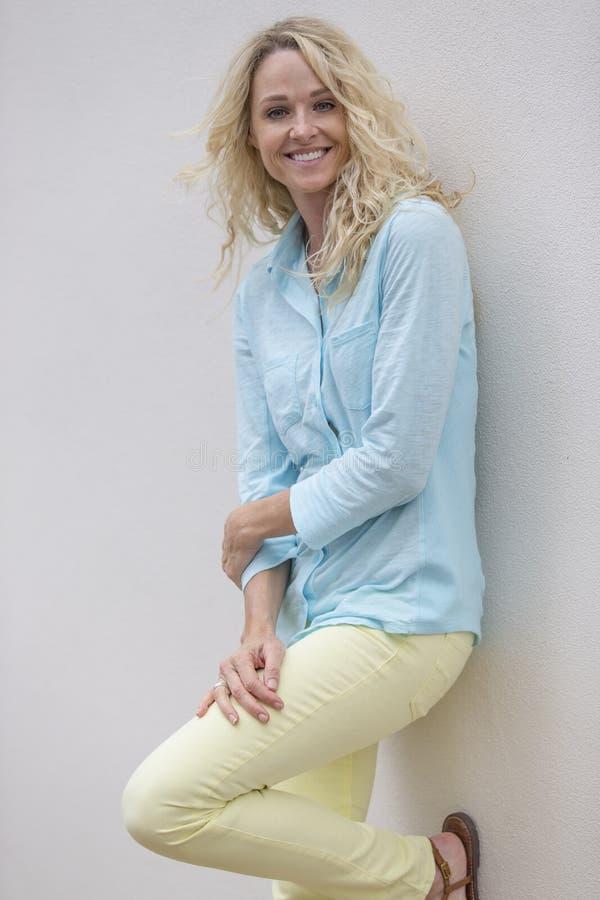 Download Outdoors modèle blond photo stock. Image du caucasien - 56490706