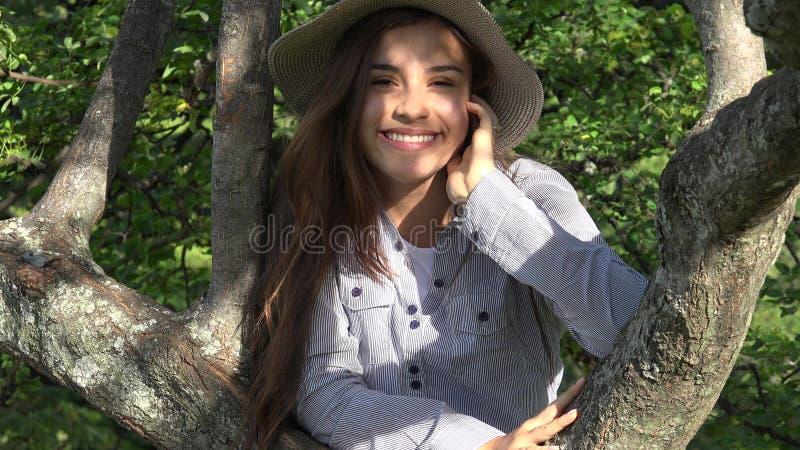Outdoors Nastoletnia dziewczyna W parku obrazy stock