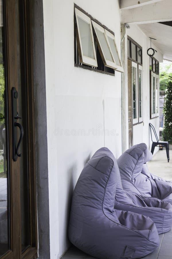 Outdoors ogrodowy siedzenie z beanbag krzesłami obraz royalty free
