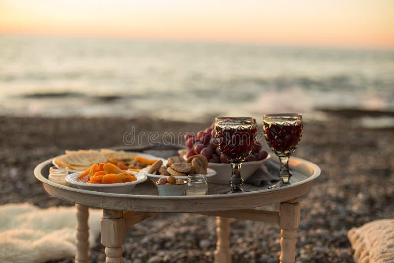 Outdoors pinkin z winem, serem, winogronami i wysuszonymi owoc, obrazy stock