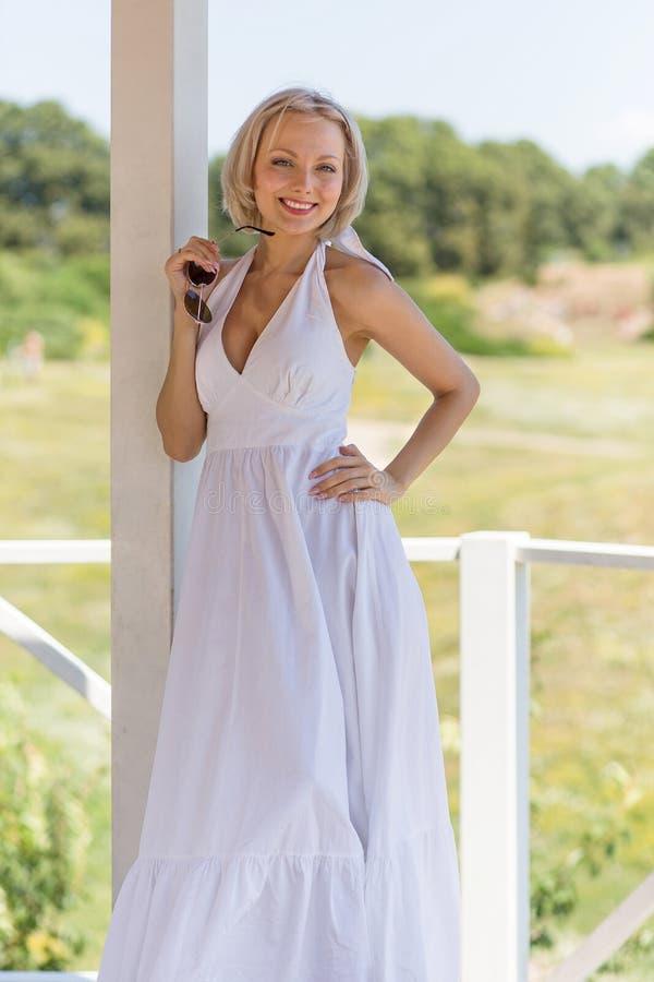 Outdoors portret młoda piękna blond kobieta obrazy royalty free