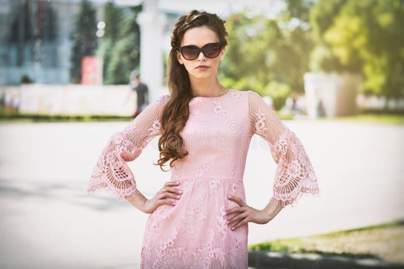 Outdoors portret młoda piękna kobieta w modnej sukni zdjęcie stock
