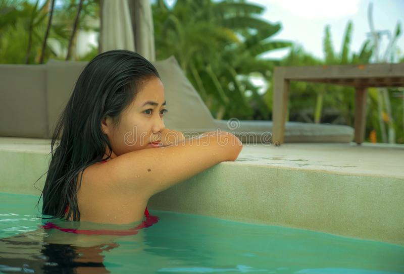 Outdoors portret m?ody pi?kny i s?odki Azjatycki Indonezyjski nastolatek dziewczyny dop?yni?cie przy tropikalny kurortu basenu on fotografia royalty free