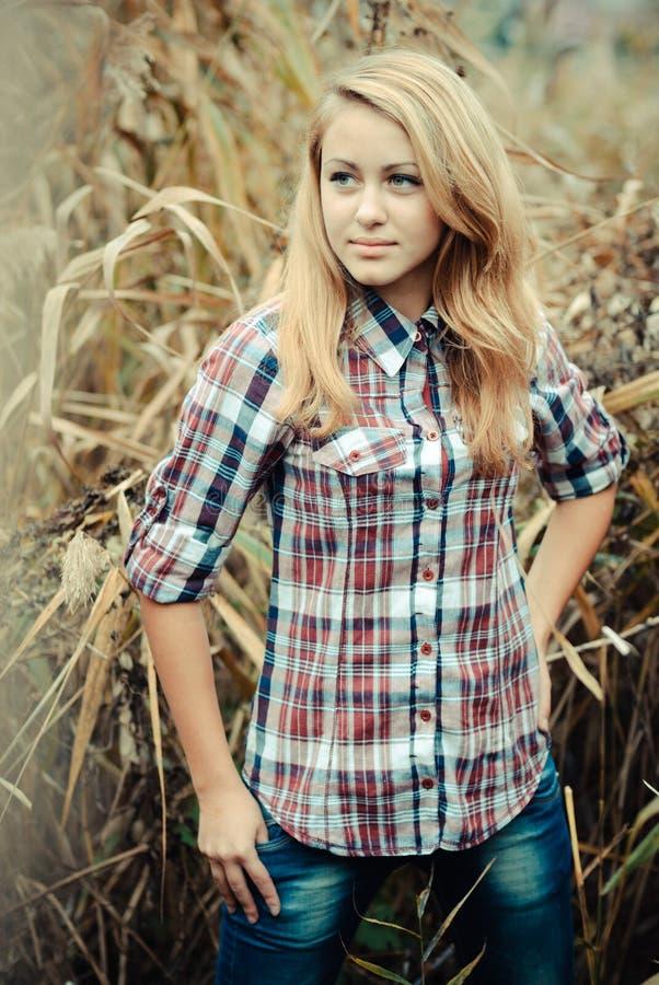 Outdoors portret piękna młoda nastoletnia blond dziewczyna. zdjęcie stock