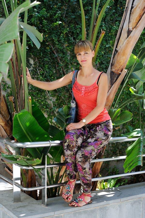 Outdoors portret piękna młoda brunetki dziewczyna obrazy royalty free