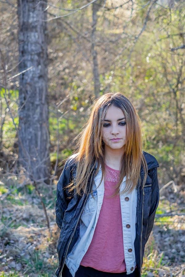 Outdoors portret piękna młoda brunetki dziewczyna obraz royalty free