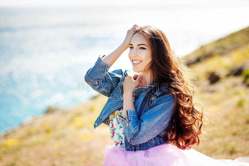 Outdoors portret piękna młoda brunetki dziewczyna fotografia royalty free