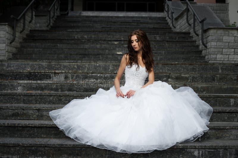 Piękna młoda kobieta w ślubnej sukni obraz royalty free