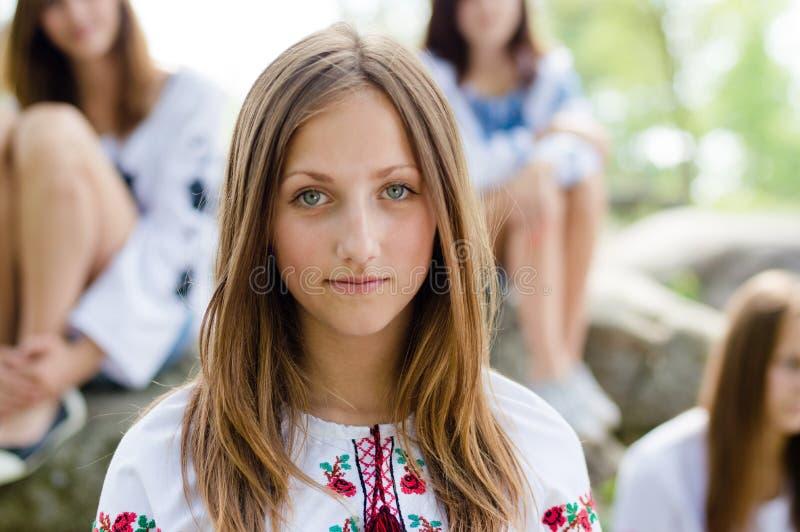 Outdoors portret piękna młoda dziewczyna obrazy stock