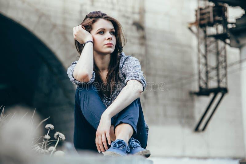 Outdoors portret piękny młody smutny nastoletni dziewczyny obsiadanie na schodkach zdjęcie stock