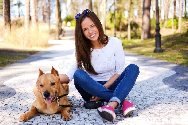 Outdoors stylu życia portret piękna dziewczyna z ślicznym psem si zdjęcie stock