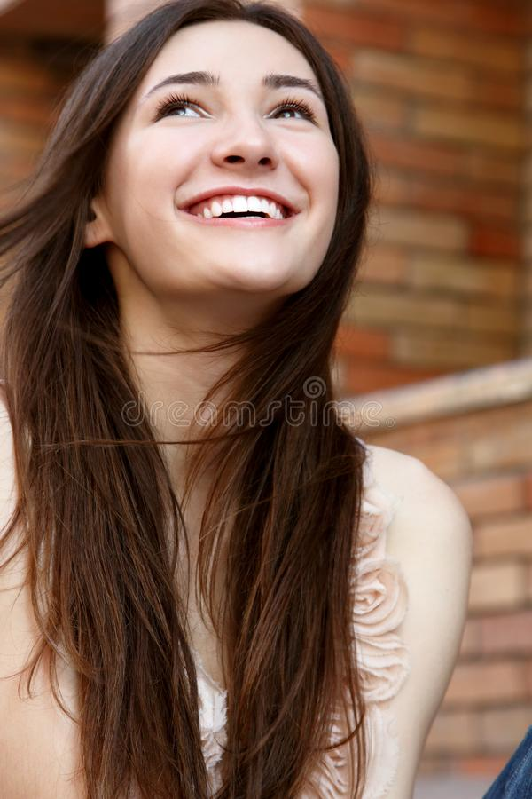 Outdoors uliczny portret pięknej młodej brunetki uśmiechnięty trójnik obraz stock