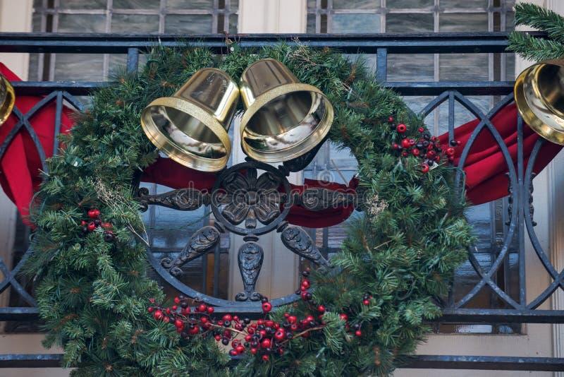 Outdoors zima wakacje dekoracji pojęcie: Bożenarodzeniowy wianek z Złotym dźwięczeniem Dzwony i Uświęcony jagod dekorować zdjęcie royalty free