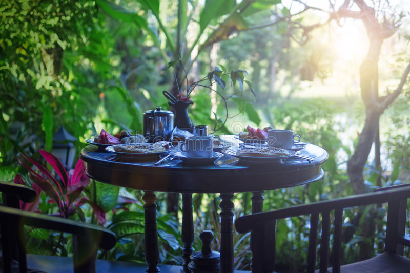 Outdorr早餐用茶,果子,薄煎饼在旅馆里在密林 免版税库存图片