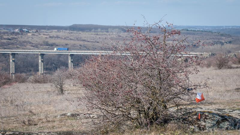 outed的 检验站棱镜和电子composter 与一座桥梁的美丽如画的风景在花岗岩峡谷 免版税图库摄影