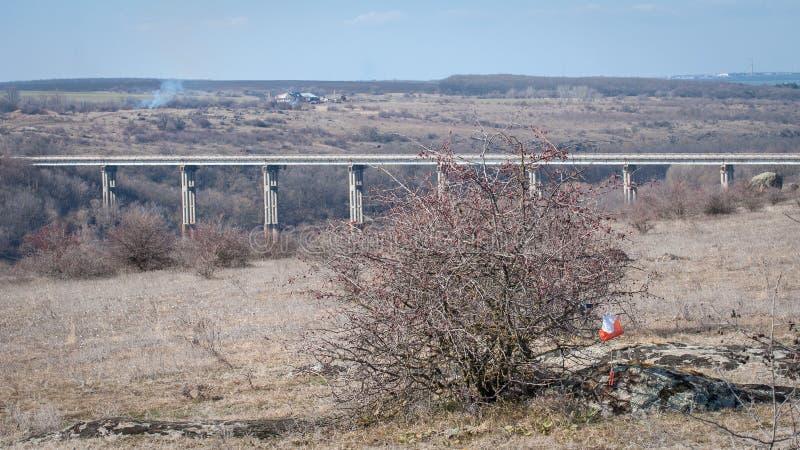 outed的 检验站棱镜和电子composter 与一座桥梁的美丽如画的风景在花岗岩峡谷 库存图片