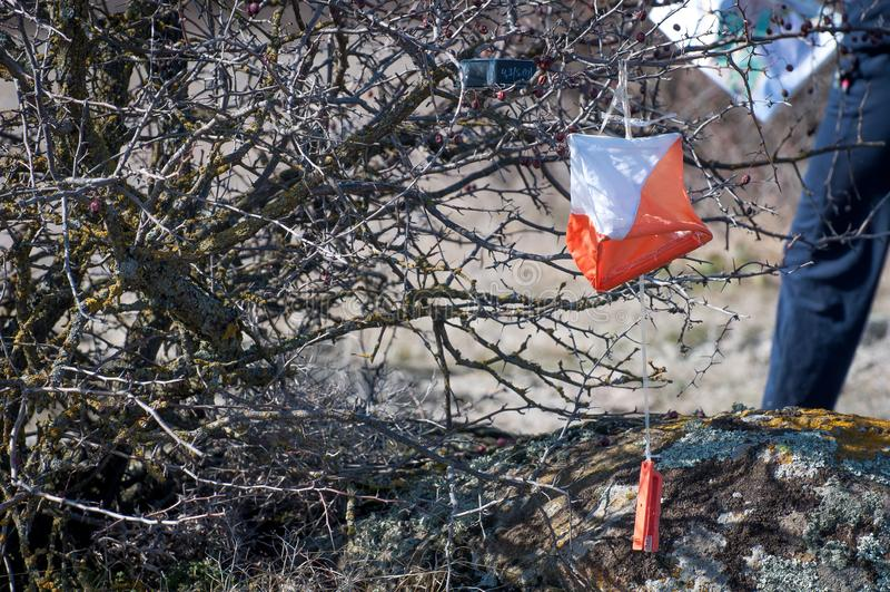 outed的 检验站棱镜和电子composter orienteering的特写镜头的 航海设备 作为背景诱饵概念美元灰色吊异常分支 免版税图库摄影