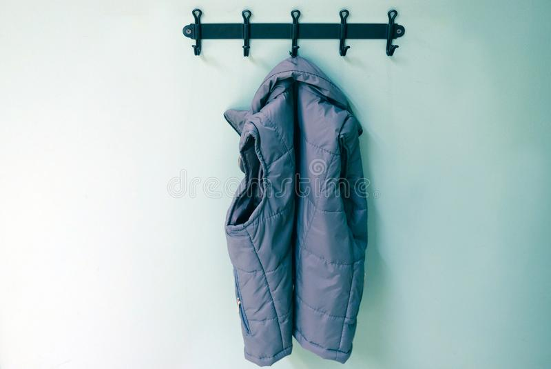 Outerwear детей на вешалке Windbreakers, куртки для прогулок в холоде стоковые изображения
