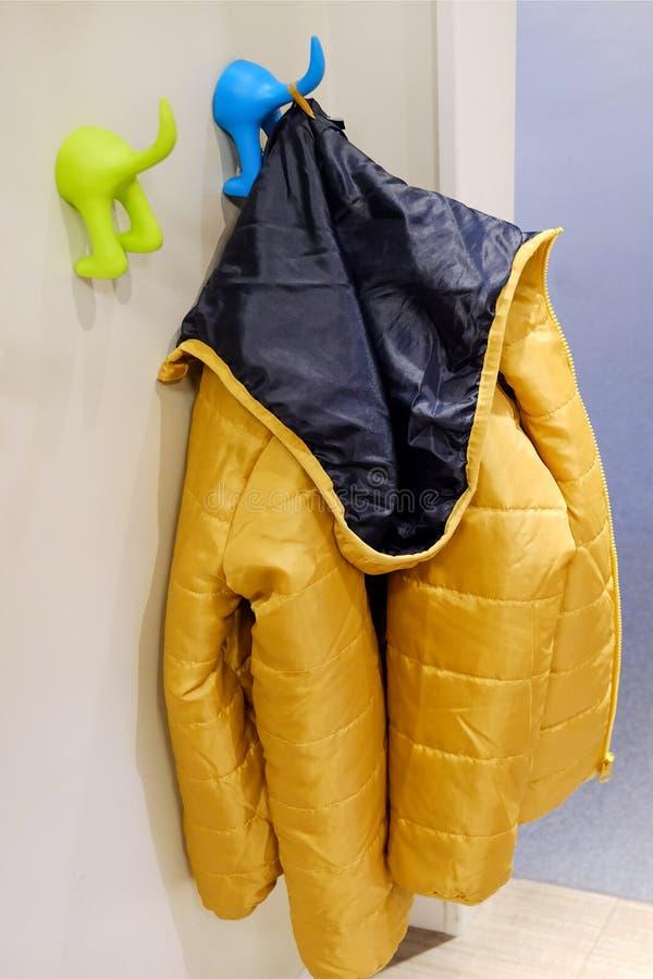 Outerwear детей на вешалке Windbreakers, куртки для прогулок в холоде стоковая фотография rf