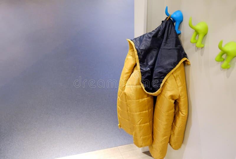 Outerwear детей на вешалке Windbreakers, куртки для прогулок в холоде стоковое изображение rf