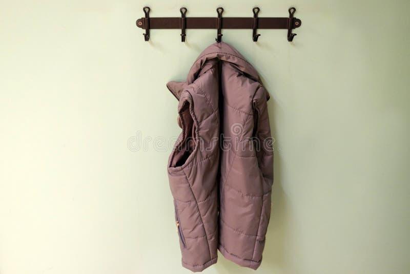 Outerwear детей на вешалке Windbreakers, куртки для прогулок в холоде стоковое фото rf