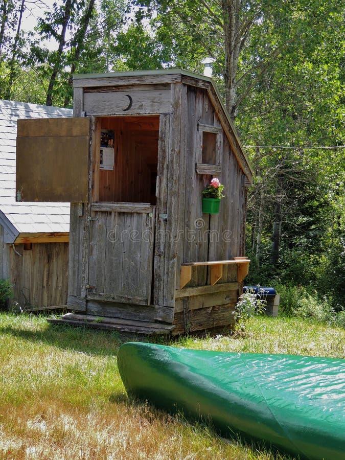 Outhouding bij het oude boerderij in Quebec, Canada stock afbeeldingen