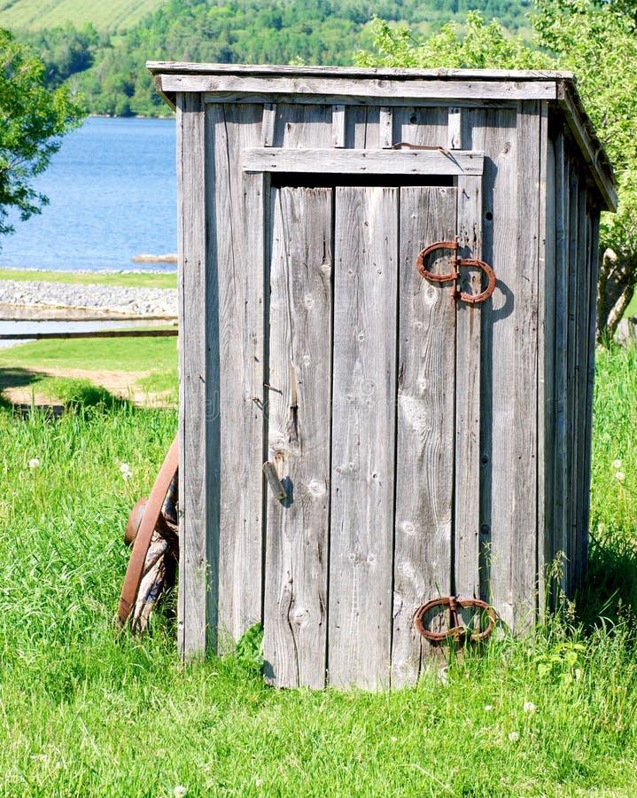 outhouse деревянный стоковые фотографии rf