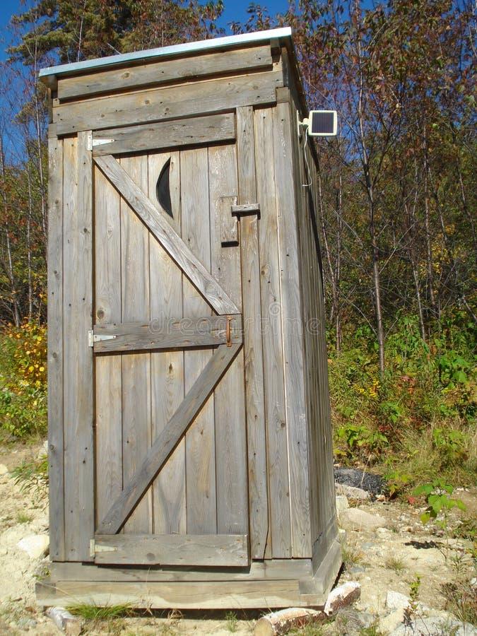 Outhouse con il comitato solare immagini stock