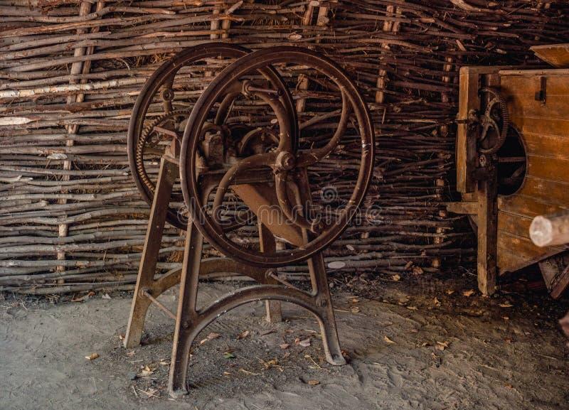 Outil antique pour couper la paille, paillette-coupeur photographie stock libre de droits