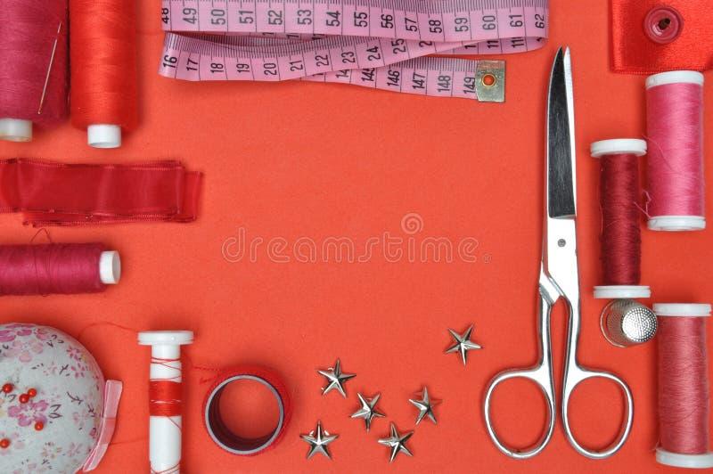 Outil, ciseaux, fil et accessoires de kit de couture photo stock