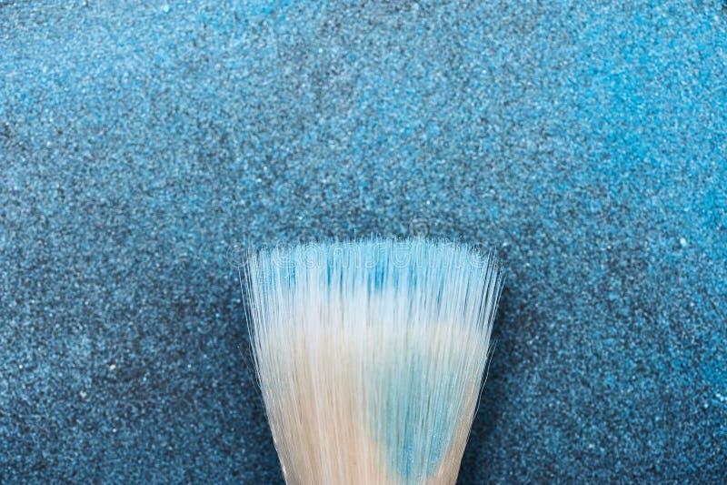 Outil de brosse de maquillage sur les cosmétiques bleus images libres de droits