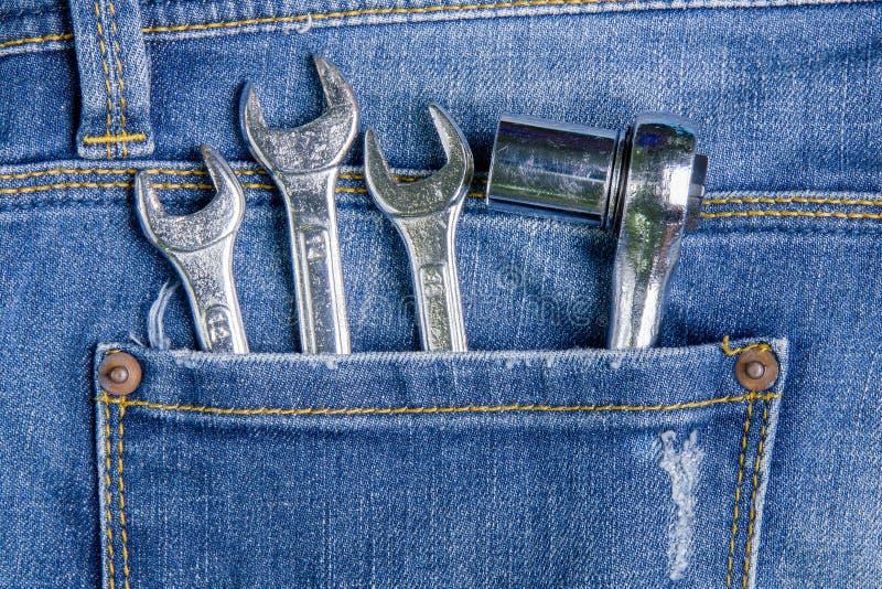 Outil de clé dans les jeans arrières de poche Fond de jeans photo stock