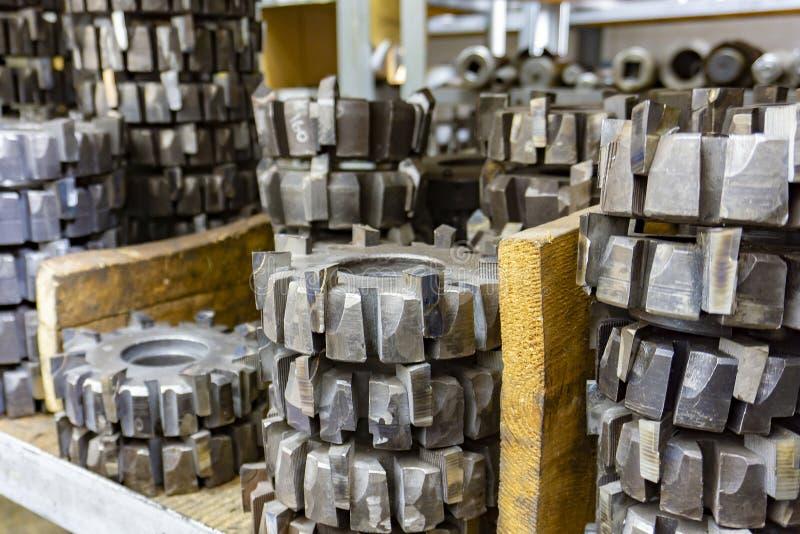 Outil de coupe d'engrenages dans un entrepôt dans un atelier, outil de coupe de vers pour le traitement des engrenages sur une ma photographie stock libre de droits