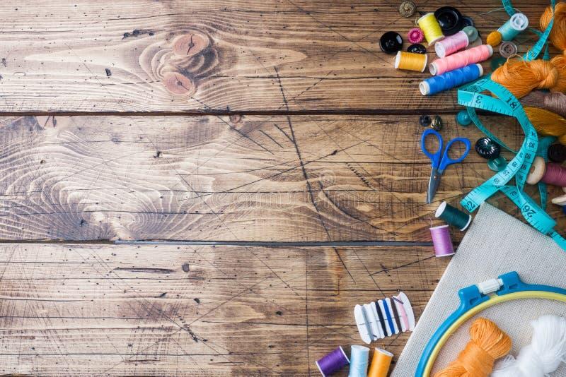 Outil de couture pour la couture, les fils colorés centimètre et les boutons avec des ciseaux sur la table Copiez l'espace images libres de droits