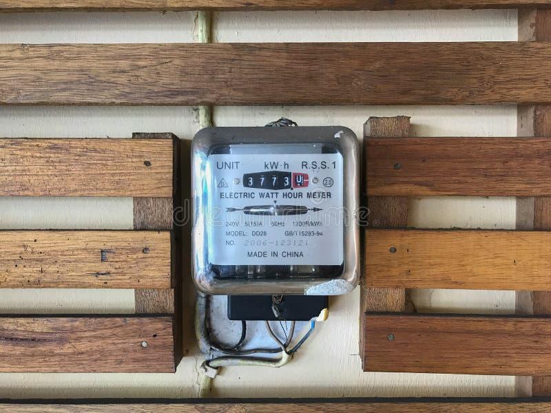 Outil de mesure de mètre électrique de watt-heure sur le mur en bois images libres de droits