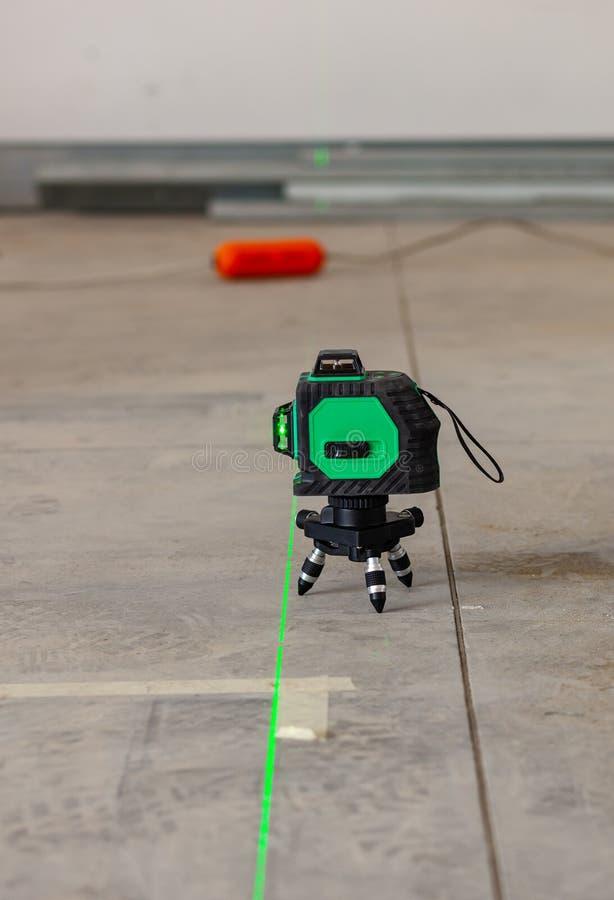 Outil de mesure de niveau de laser dans le chantier de construction photos libres de droits