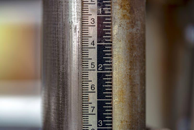 Outil de mesure de planeuse de charpentier à un atelier photo stock