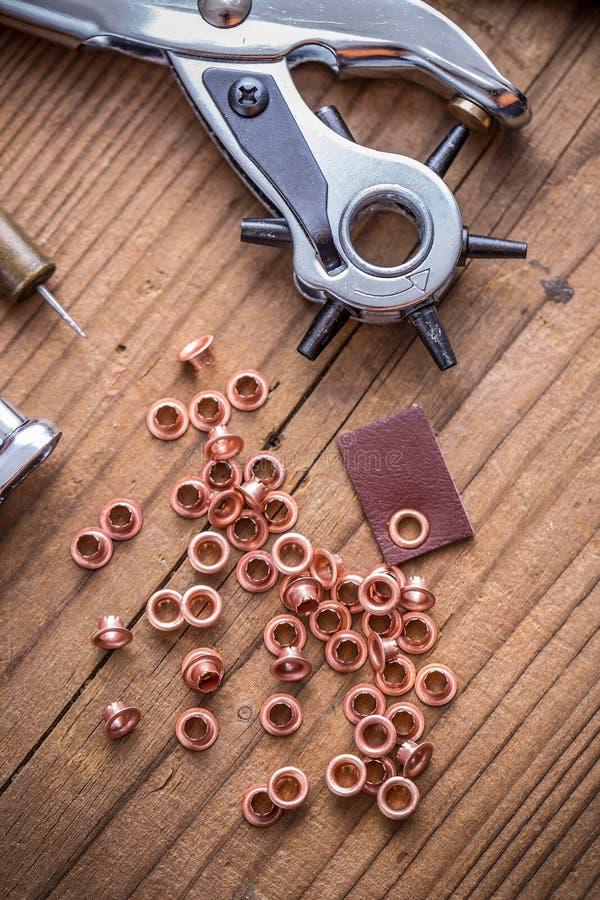 Outil de poinçon avec des anneaux d'oeillet photos stock
