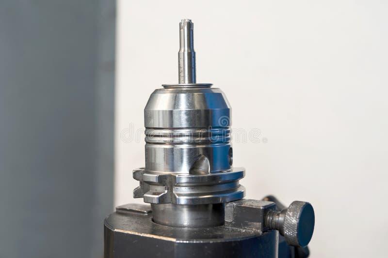 Outil radial de commande numérique par ordinateur de moulin. Plan rapproché. images stock
