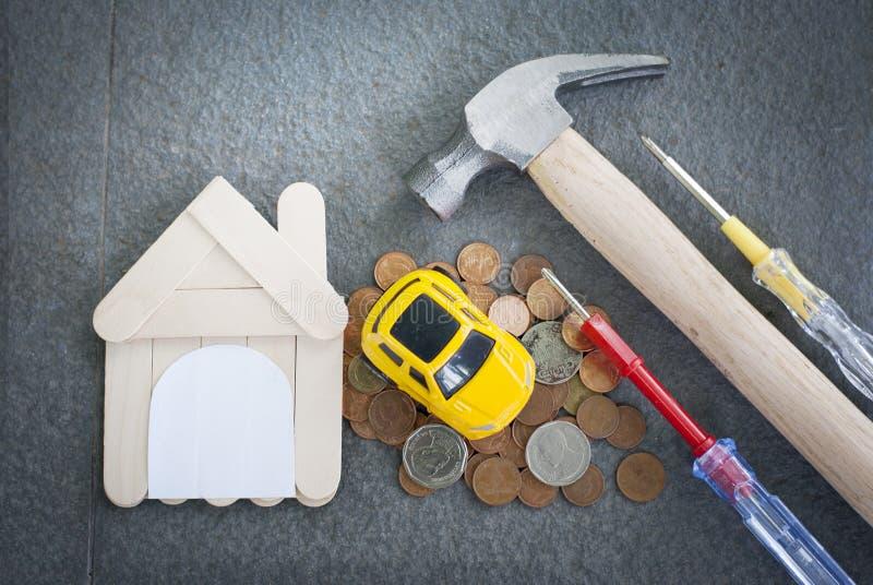 Outils à la maison et à la maison de réparation sur un nouveau concept à la maison de fond de concept noir d'immobiliers photo libre de droits